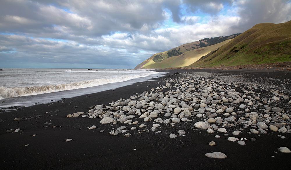 An der Lost Coast führen selbst die Farben ein Eigenleben: hier der schwarze Strand...