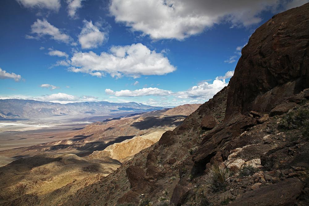 Ubuhebe Peak bietet einen guten Ausblick auf das farbenfrohe Bergmassiv...