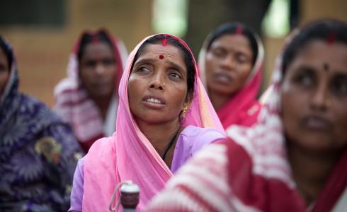 Baby Devi, 35 – hier beim Monitoring – wurde als eine von 32 Frauen in die Women's Federation in Jharkand, India, gewählt. Die Gruppe setzt sich dafür ein, dass arme Dorfbewohner ihre gesetzlich festgeschriebenen Rechte (auf subventionierten Reis etc.) erhalten.